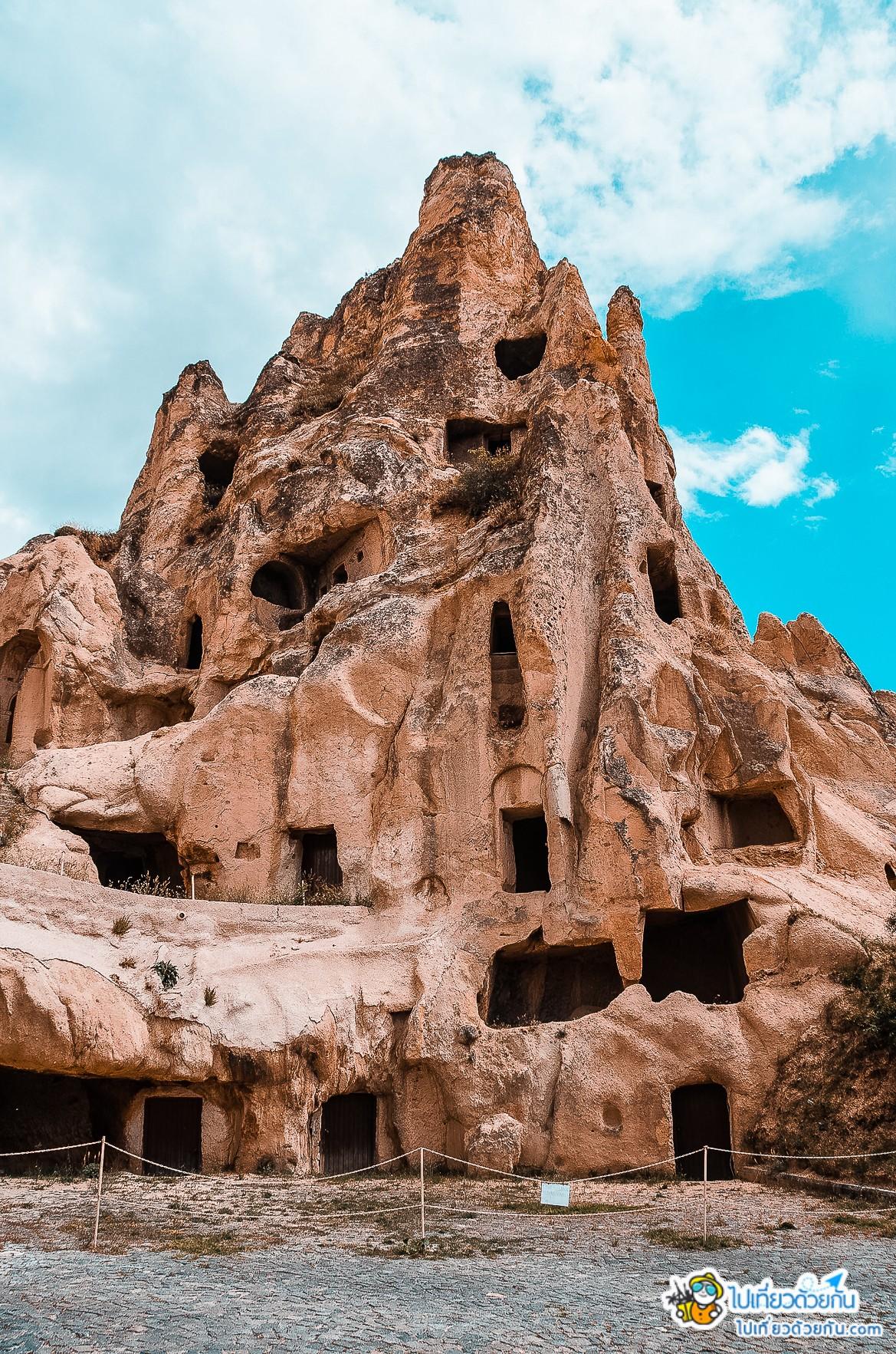 - ภูเขากรวยหิน เจาะเป็น 6 ชั้นทำเป็นห้องครัว ห้องอาหาร โบสถ์  -