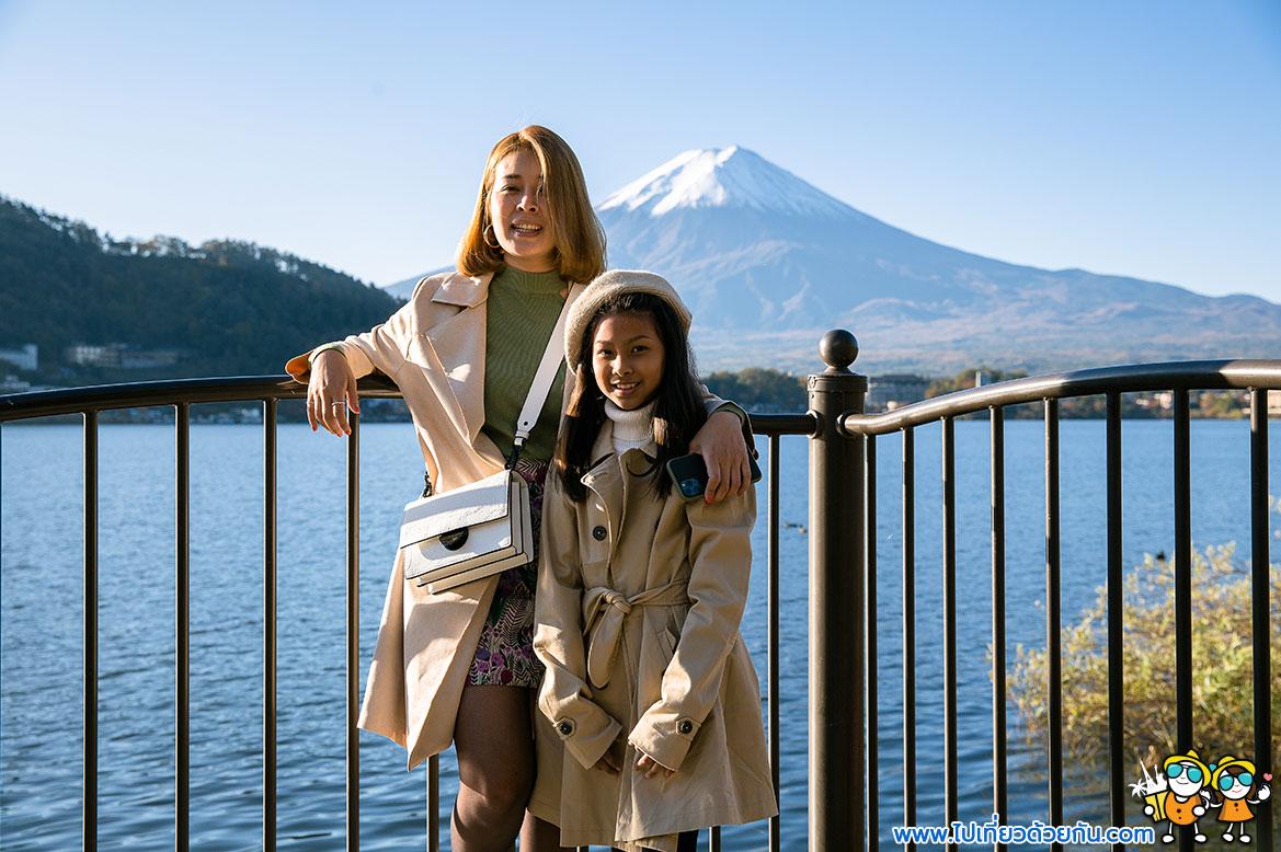 - จุดถ่ายรูปคู่กับภูเขาไฟฟูจิ หน้าโรงแรมโทมิโนโกะ -