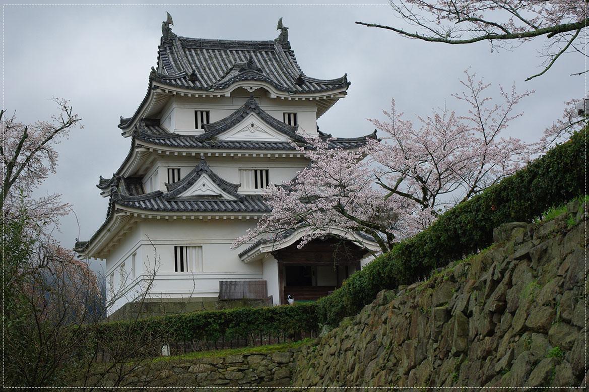 -   ปราสาทอูวาจิมะ (Uwajima Castle) -